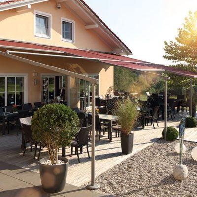 Großflächige Pergola Markise für den Außenbereich einer Gaststätte