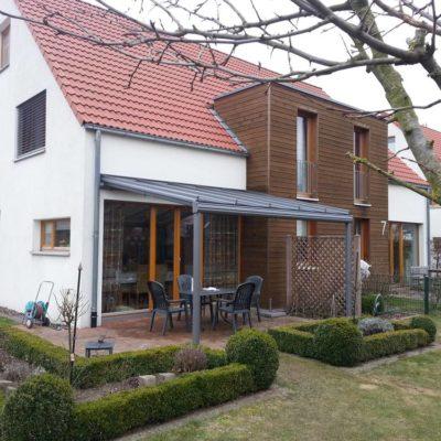 Wohnhaus mit angebautem Terrassendach